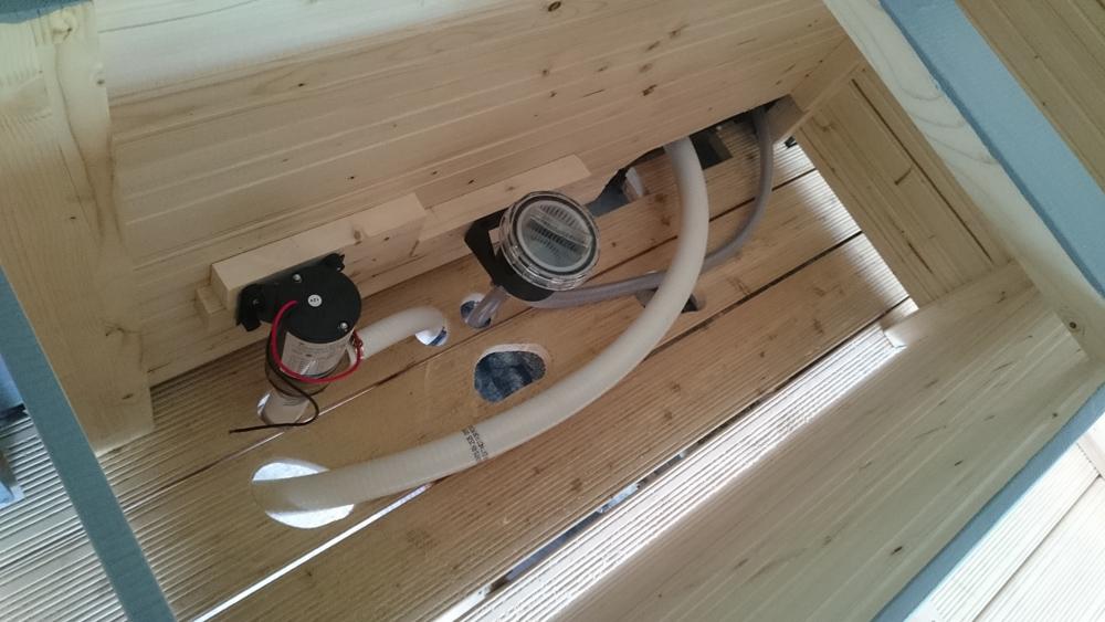 Die ersten Schläuche, Pumpen und Filter werden in der Kiste montiert