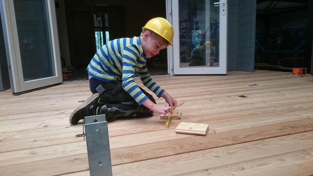Auch der Kleine übt sich schon als Baumeister
