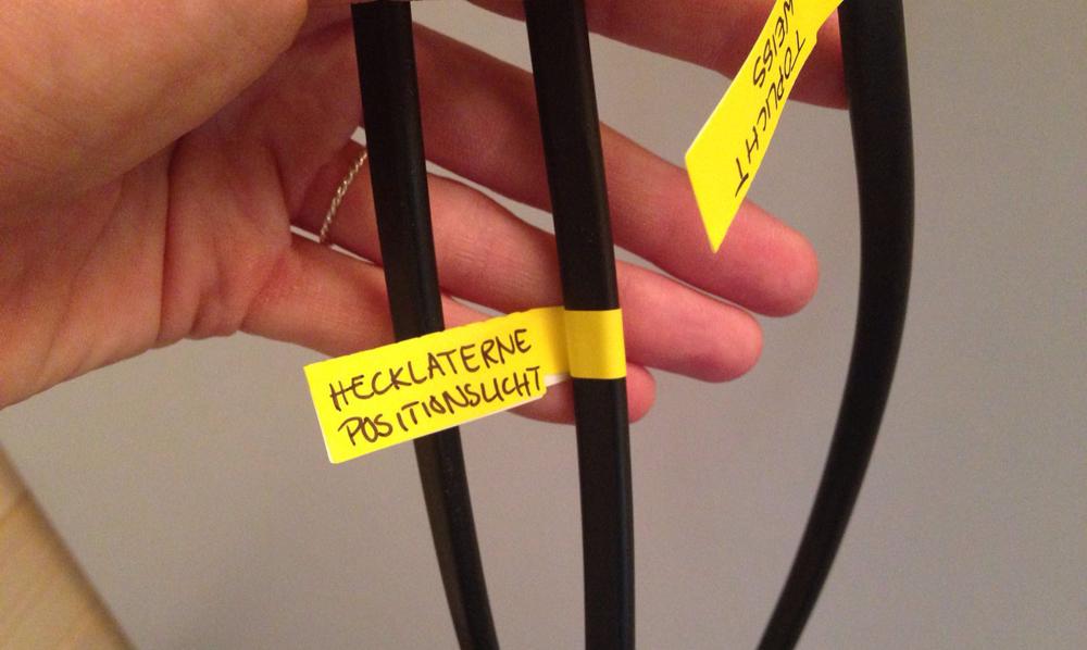 Ordentliche Beschriftung der Elektrik-Kabel muss sein.