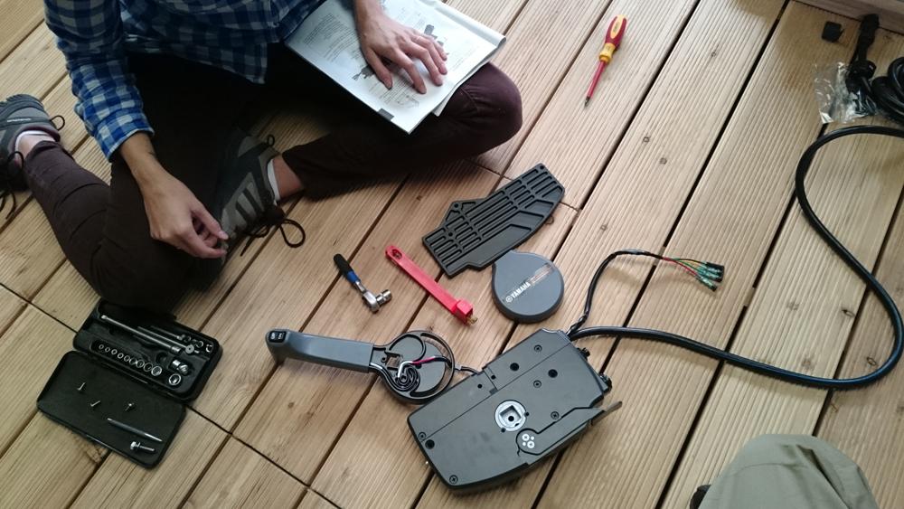 Wir kämpfen uns durch die Anleitung um die Schaltbox für den Außenborder korrekt ans Steuerpult zu montieren.